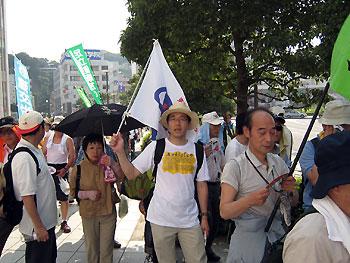 デモ行進中の向山先生