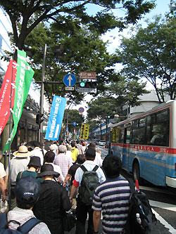 横須賀中央の大通りを練り歩きました。